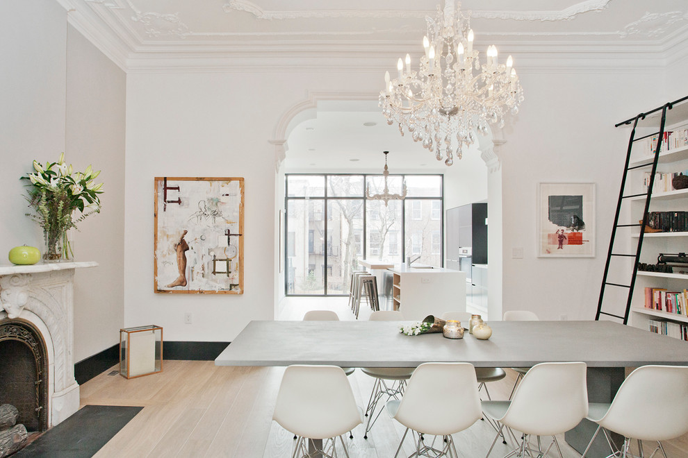 Интерьер белой столовой в стиле барокко