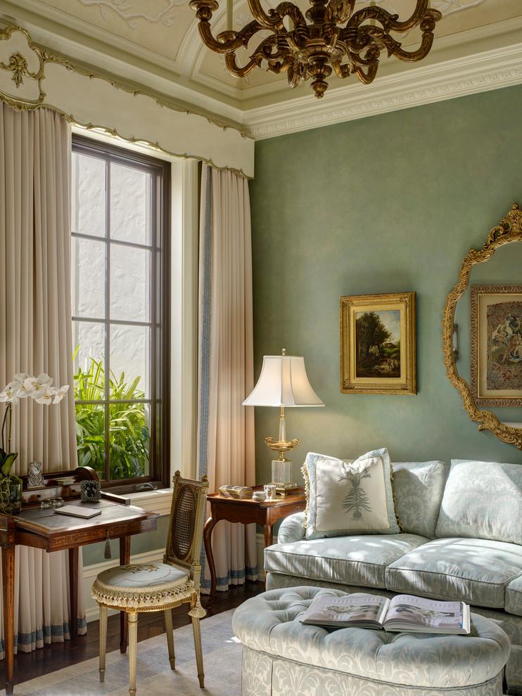 Бледно-бирюзовые стены в интерьере гостиной