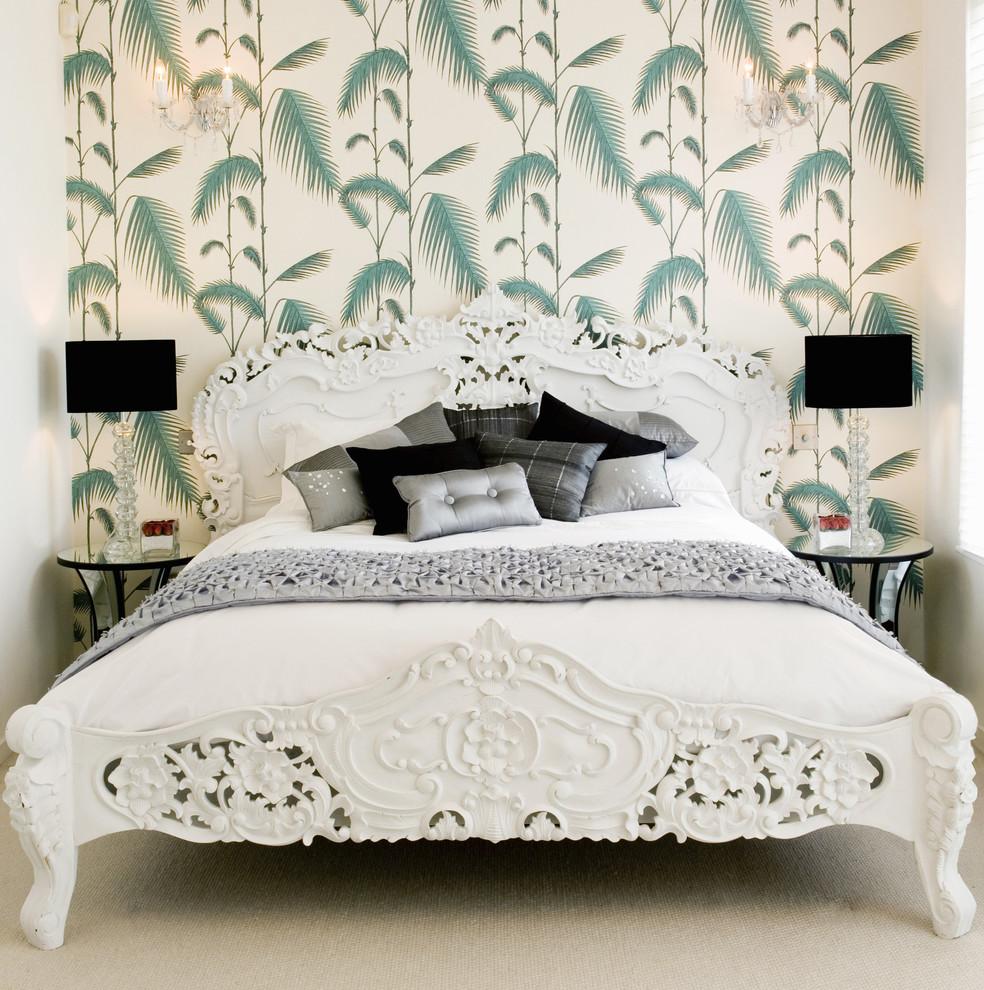 Светлый интерьер спальни в стиле барокко