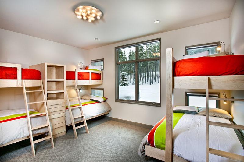 Дизайн интерьера большой спальни: яркое постельное бельё