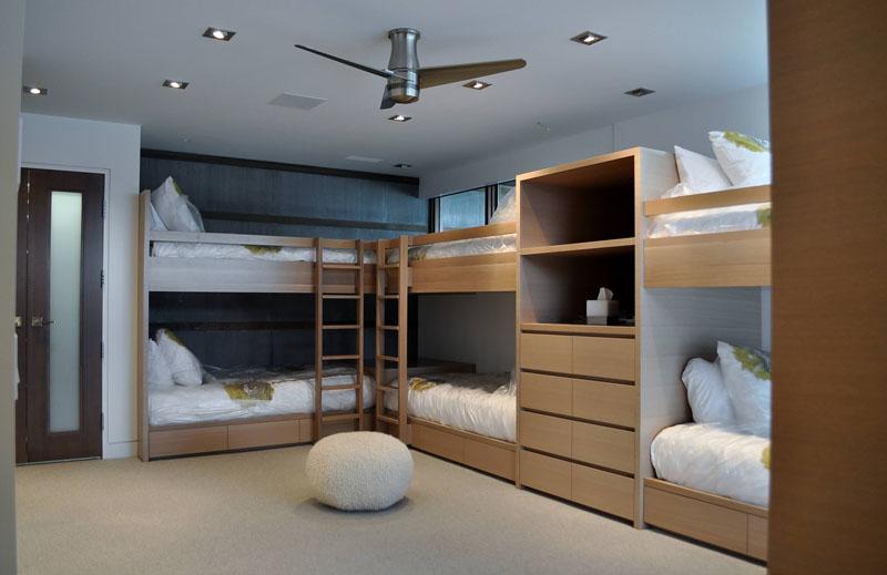 Дизайн интерьера большой спальни: кровати из светлого дерева