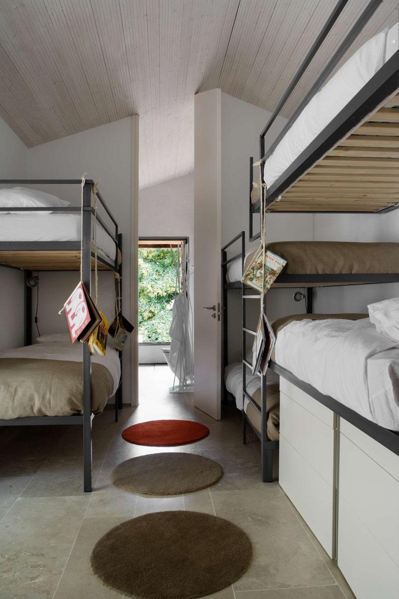 Дизайн интерьера большой спальни: круглые коврики на полу