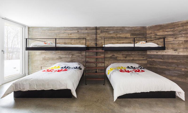 Дизайн интерьера большой спальни: стильная лестница с деревянными ступенями