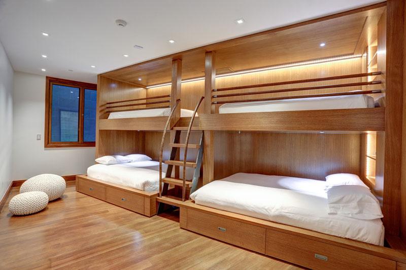 Дизайн интерьера большой спальни: лестница для кровати с поручнями