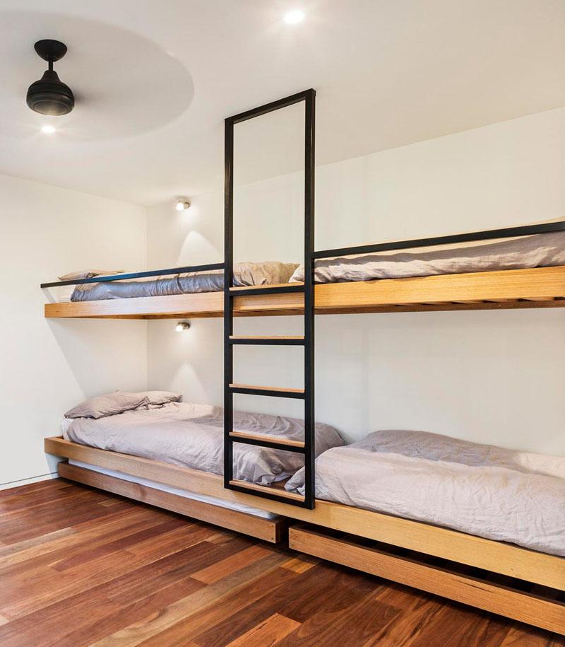 Дизайн интерьера большой спальни: чёрная лестница до потолка