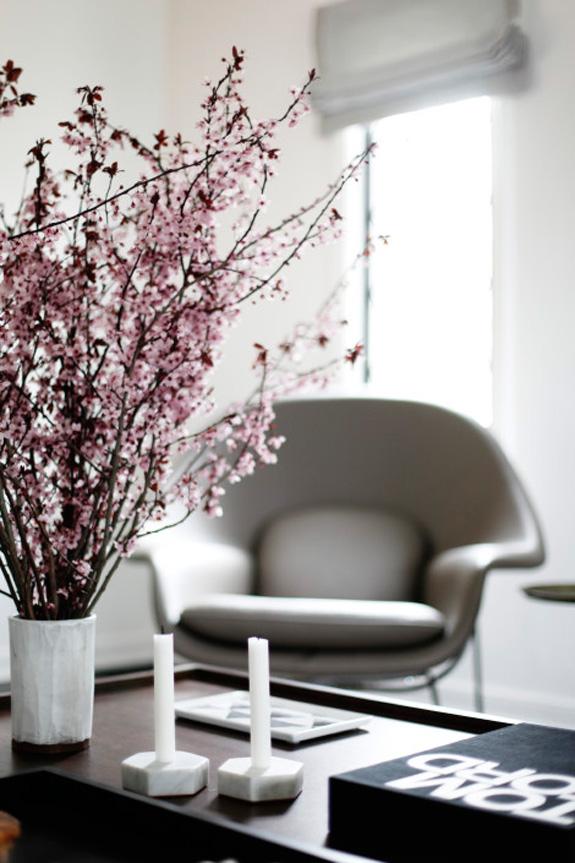 Дизайн интерьера в стиле минимализм: ваза с цветами