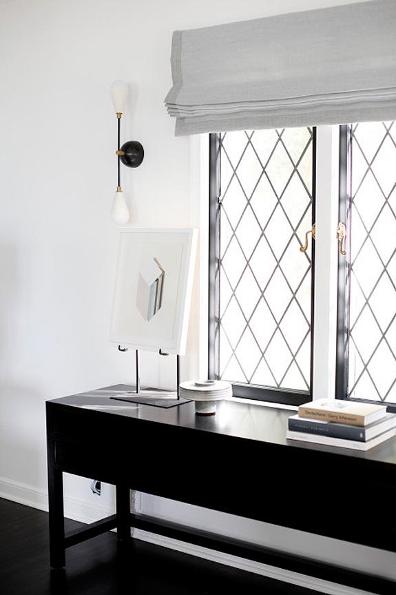 Дизайн интерьера в стиле минимализм: чёрная решётка на окнах