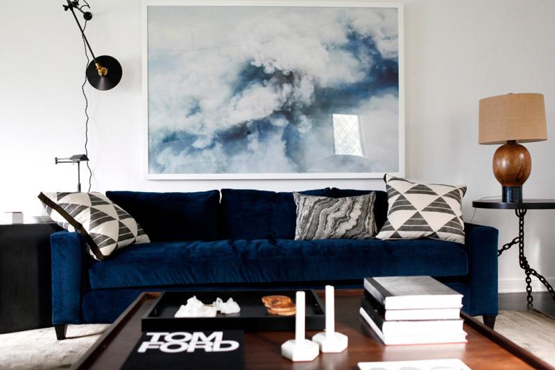 Дизайн интерьера в стиле минимализм: бархатный диван с пёстрыми подушками