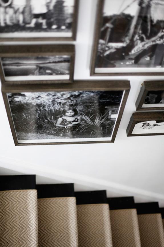 Дизайн интерьера в стиле минимализм: чёрно-белые фотографии в деревянных рамках