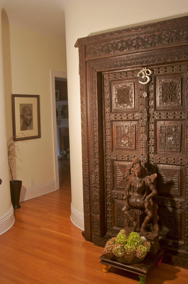 Деревянная дверь с замысловатой резьбой