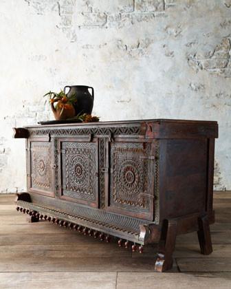 Деревянный комод с резьбой на дверцах в индийском стиле