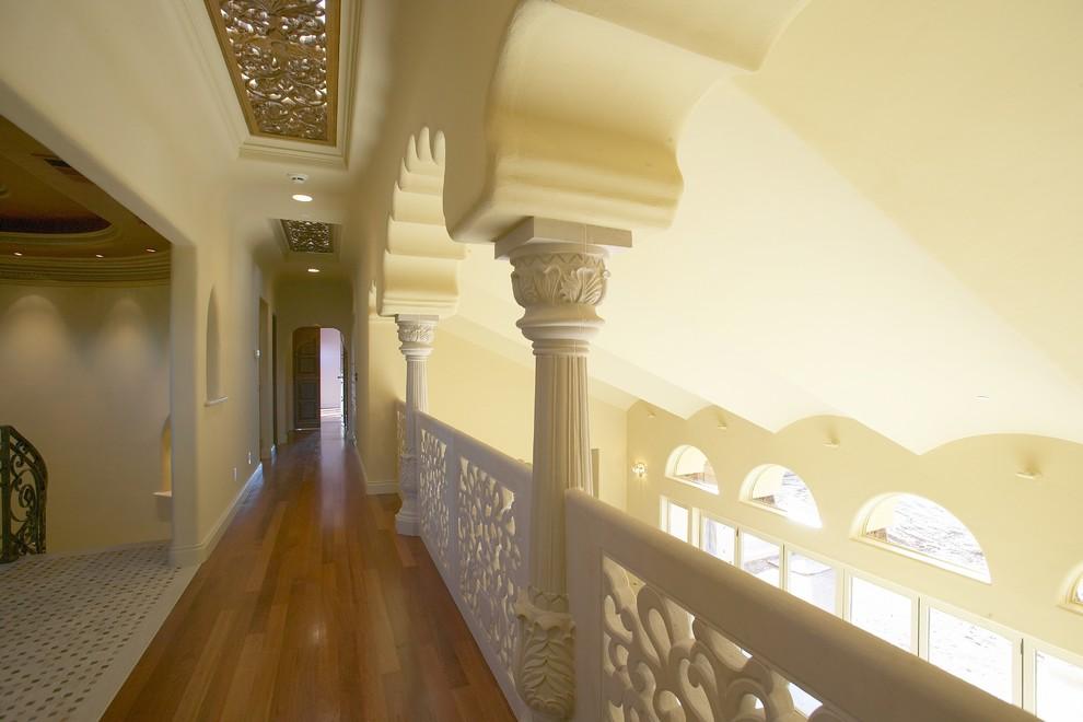 Богатый дизайн холла с белыми колоннами и ажурными перилами