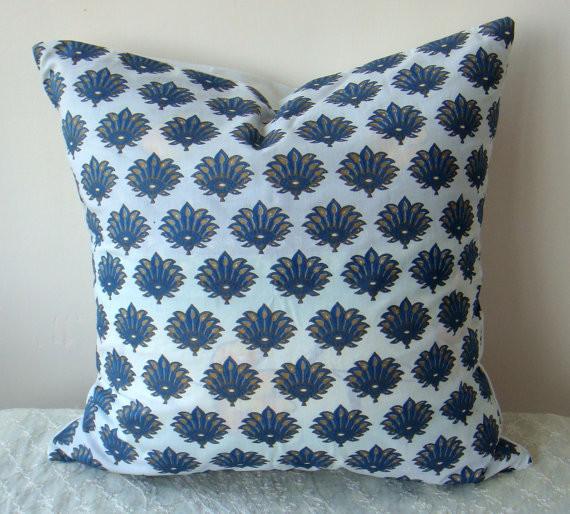Оригинальный голубой узор на подушке в индийском стиле