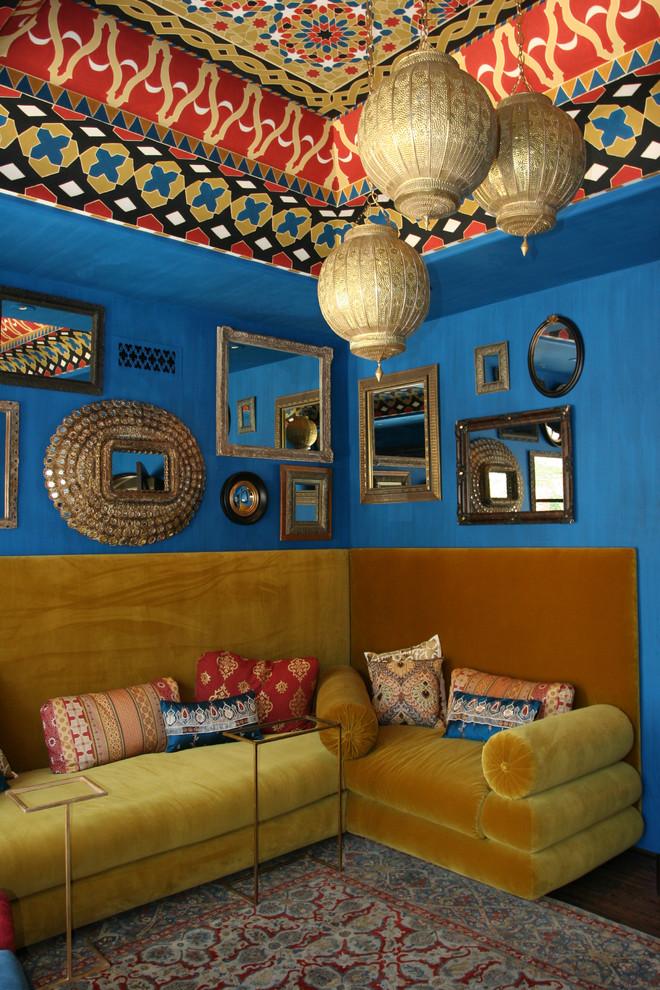 Ярко-синие стены в интерьере комнаты в индийском стиле