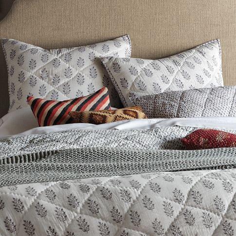 Спальный комплект в серо-белом цвете