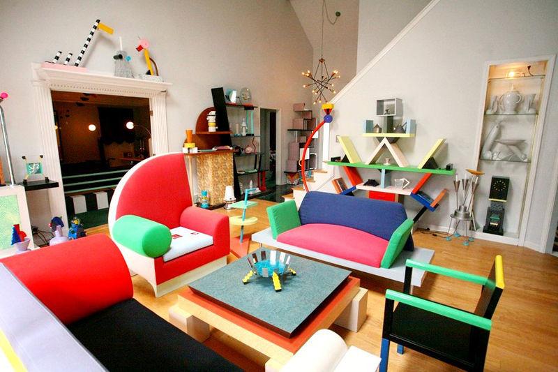 Дизайн мебели в стиле Мемфис в интерьере яркой комнаты