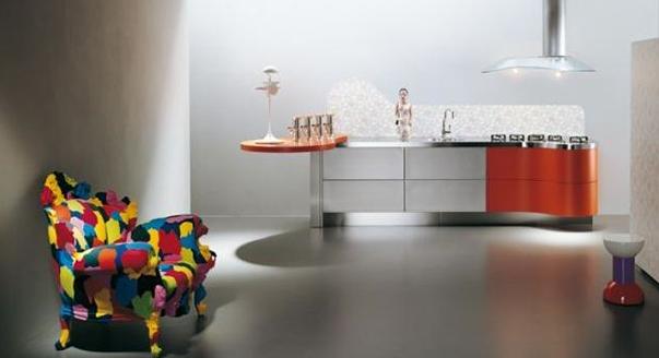 Дизайн мебели в стиле Мемфис в интерьере: разноцветное кресло
