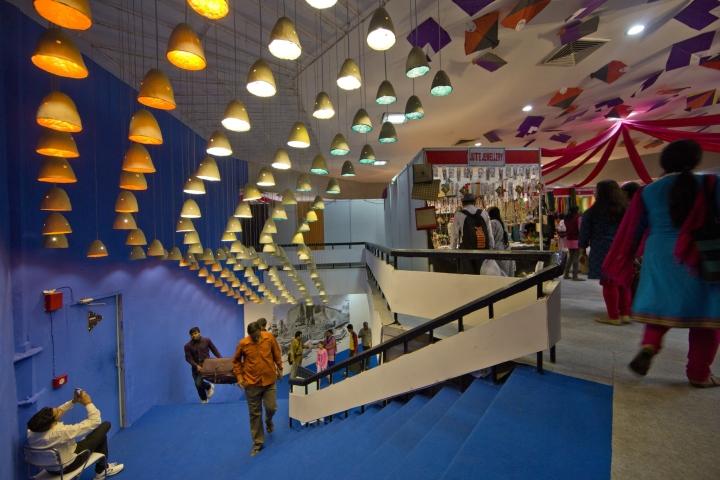 Жёлтые светильники в дизайне павильона