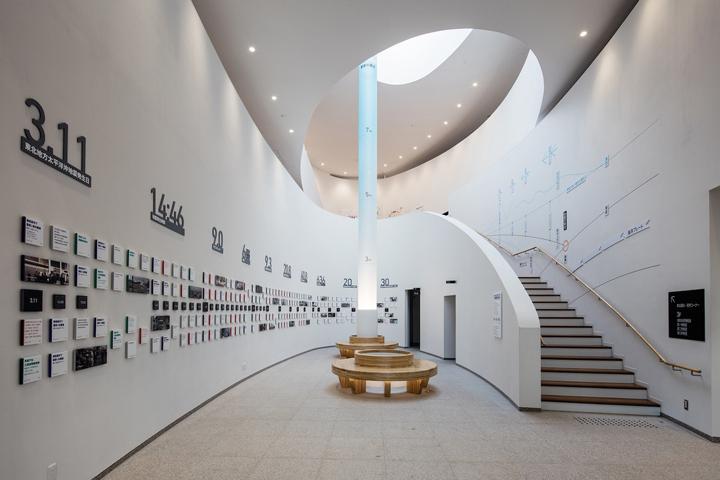 Светлый дизайн выставочного пространства