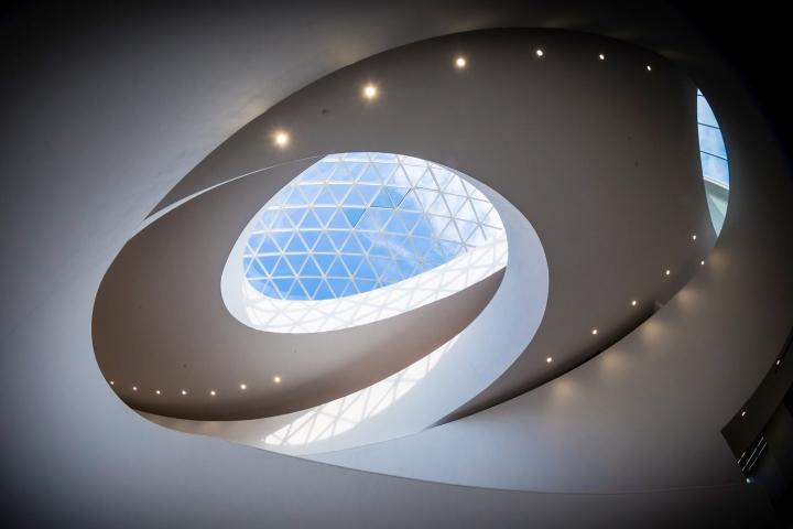 Оригинальный потолок в дизайне выставочного пространства
