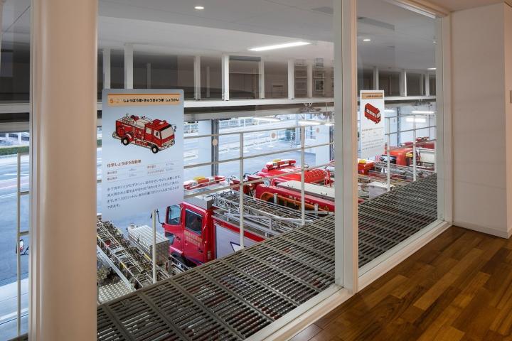 Большое потолочное окно в дизайне выставочного пространства