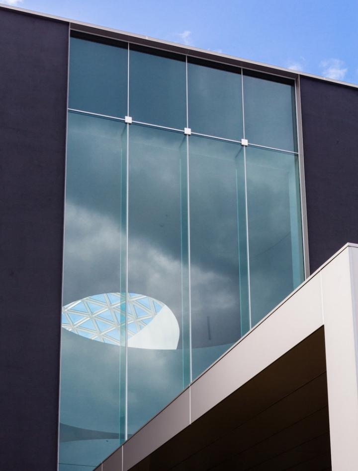 Минималистский дизайн фасада выставочного пространства - Фото 1