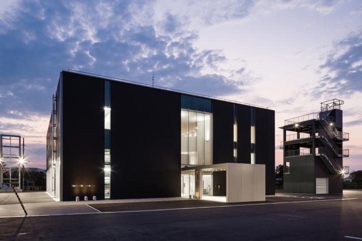 Минималистский дизайн фасада выставочного пространства - Фото 5