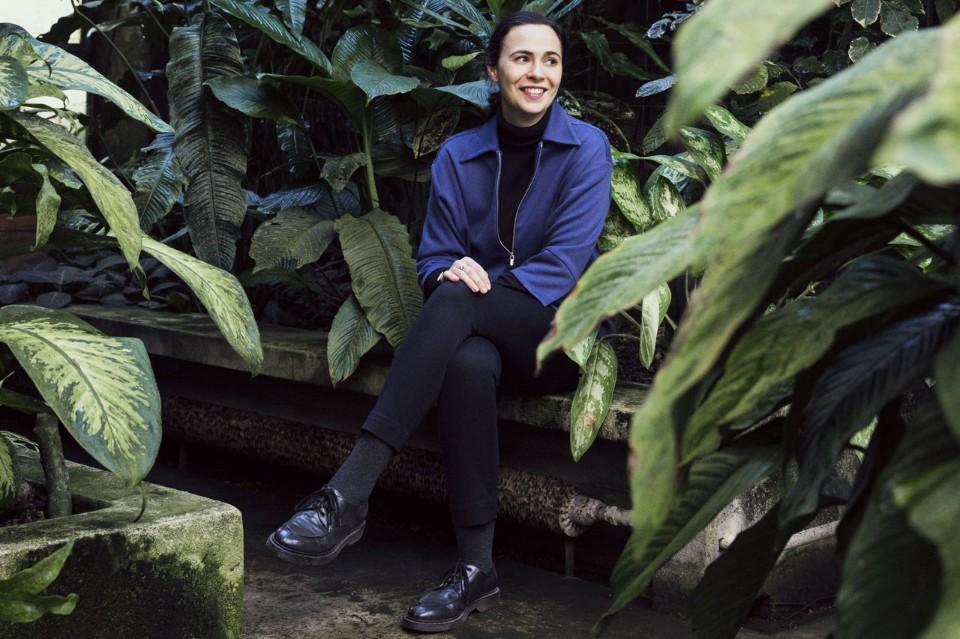 Кристины Селестино на скамейке среди растений