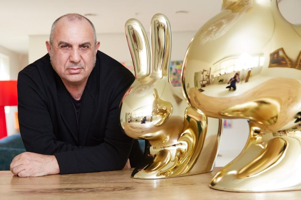 Стефано Джованнони с золотыми зайцами