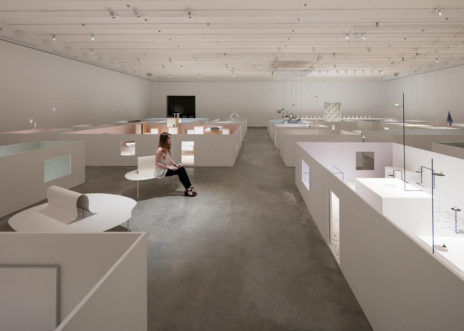 Музей работ Оки Сато - на фото посетитель музея
