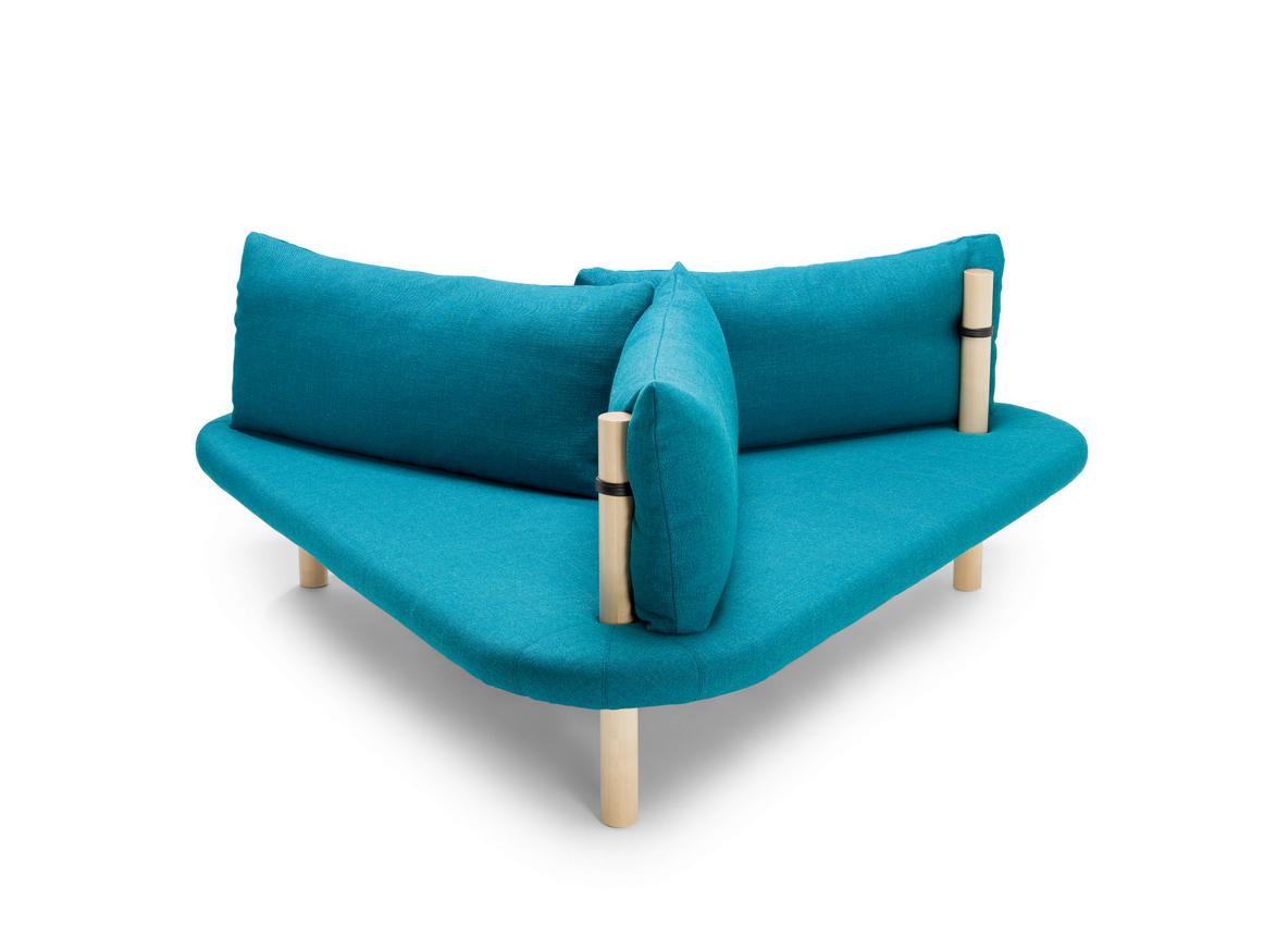 Дизайнерская мебель для офиса - треугольный диван голубого цвета