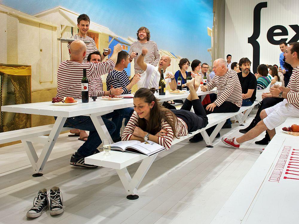 Дизайнерская мебель для офиса - белый стол и скамьи. Фото 1