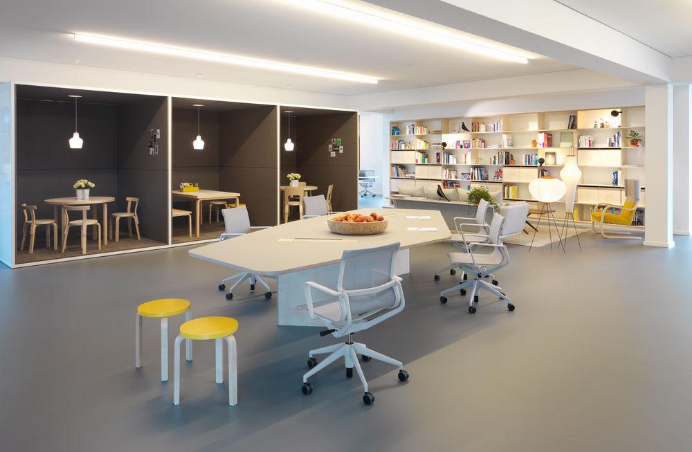Дизайнерская мебель для офиса - стол геометрической формы белого цвета