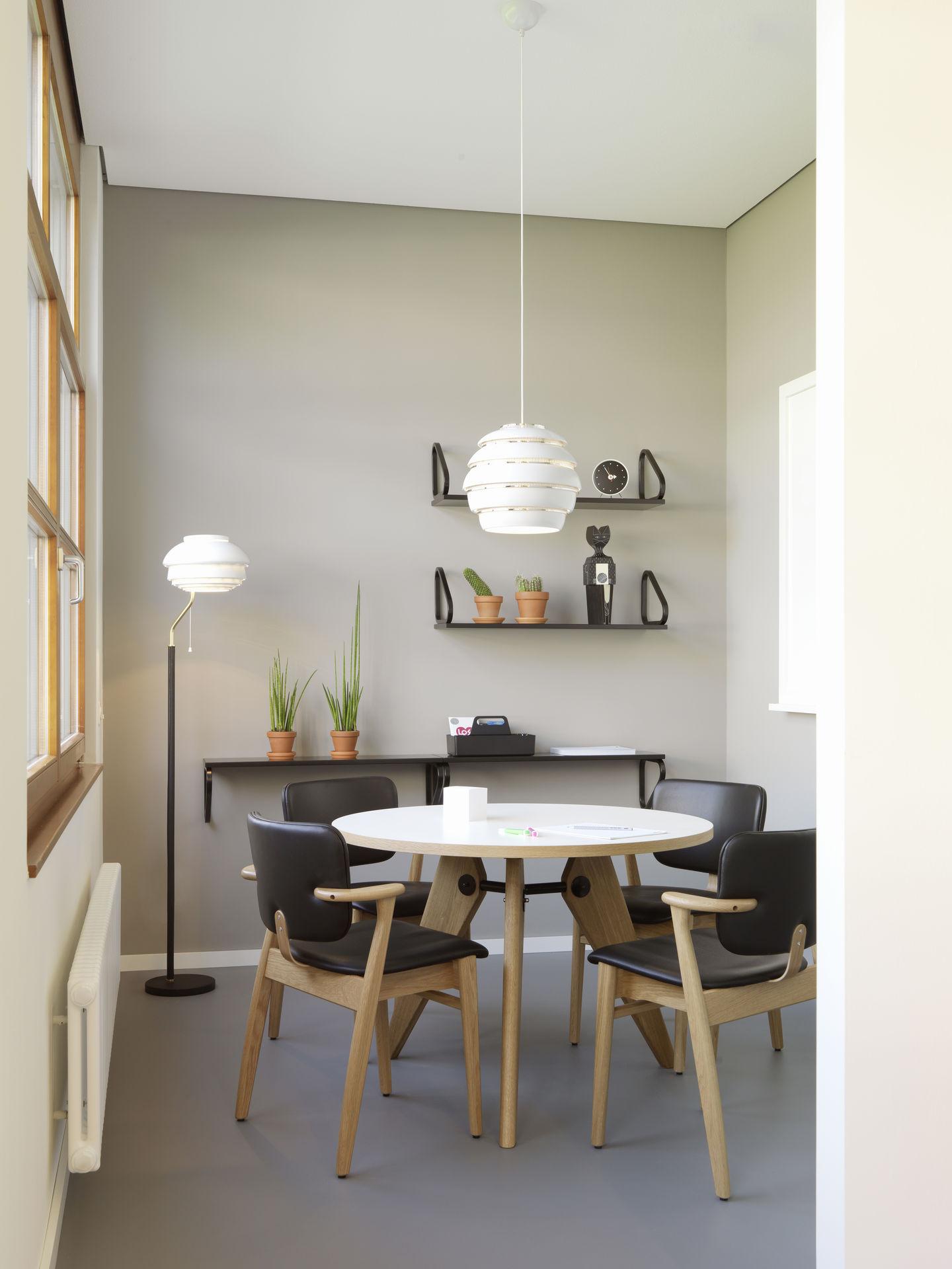 Дизайнерская мебель для офиса - стол с круглой столешницей и деревянные стулья
