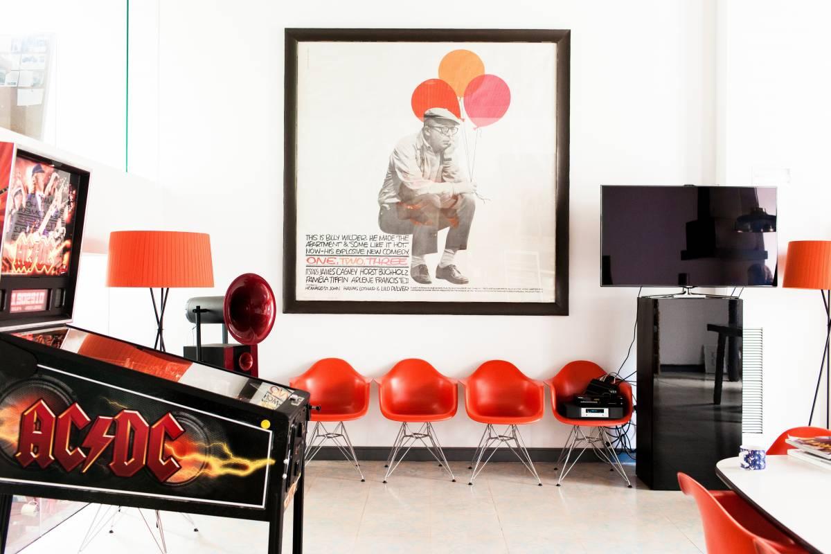 Дизайнерская мебель для офиса - пластмассовые кресла красного цвета