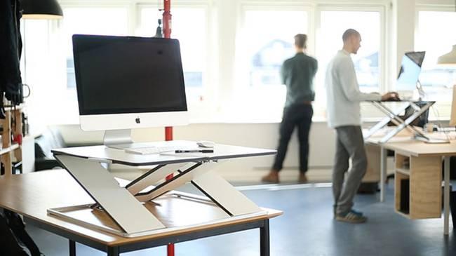 Дизайнерский рабочий стол в офисе