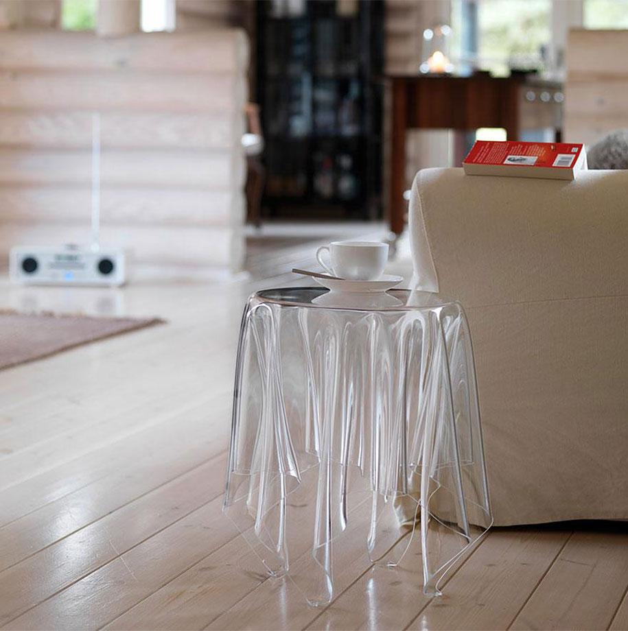 Дизайнерский стеклянный столик в интерьере