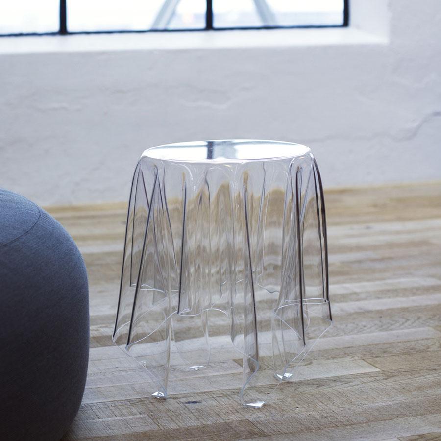 Дизайнерский стеклянный столик в форме скатерти