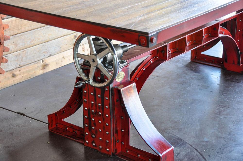 Дизайнерский стол с металлической отделкой и кронштейном в красном цвете