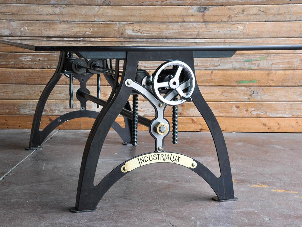 Утончённый стол в чёрном цвете со стеклянной столешницей