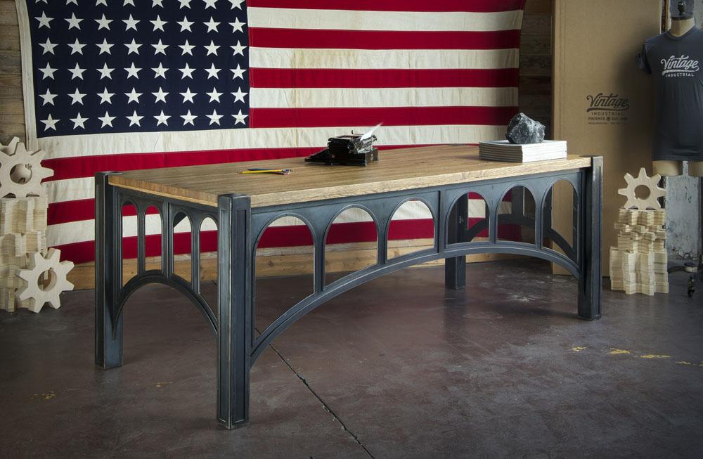 Чёрный металлический стол с тёмной деревянной столешницей