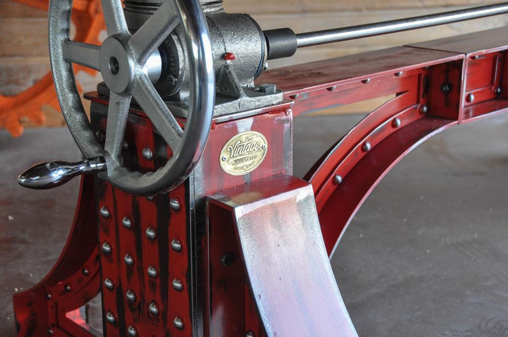 Дизайнерский стол в красном цвете с металлическим каркасом - Фото 1