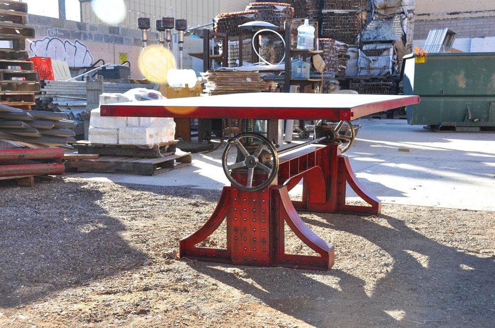Дизайнерский стол в красном цвете с металлическим каркасом - Фото 4