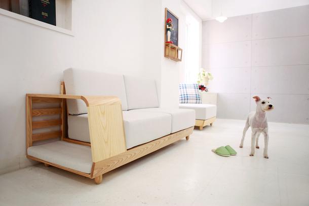 Домик для собак у дивана