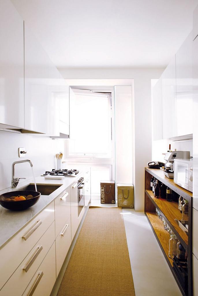 Кухня, относительно других помещений небольшая, никаких изысков, всё очень минималистично