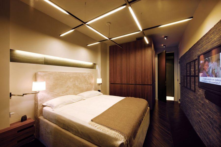 Уютная спальня с оригинальной подсветкой потолка и стен