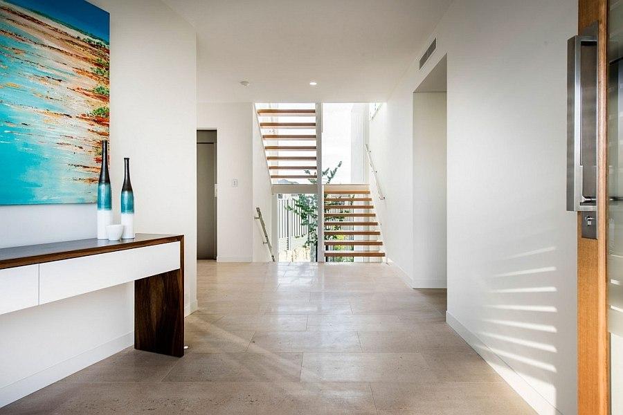 Деревянная лестница соединяет уровни дома Down Under