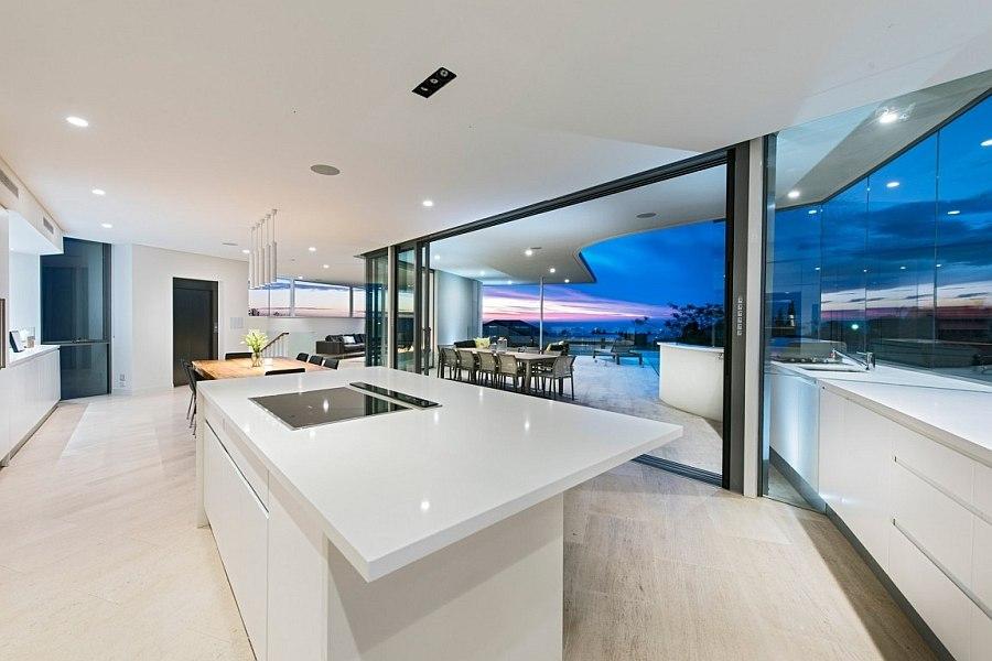 Дизайн интерьера кухни в пляжном доме Down Under