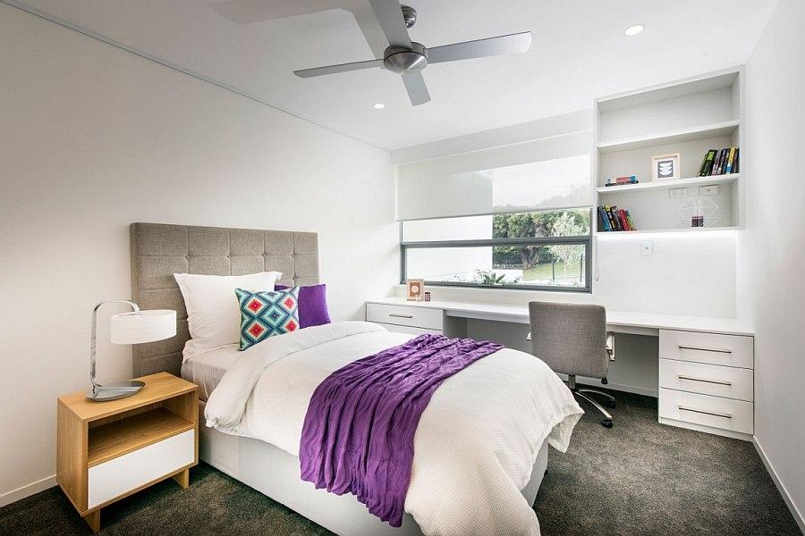 Светлая спальня с серыми и сиреневыми акцентами