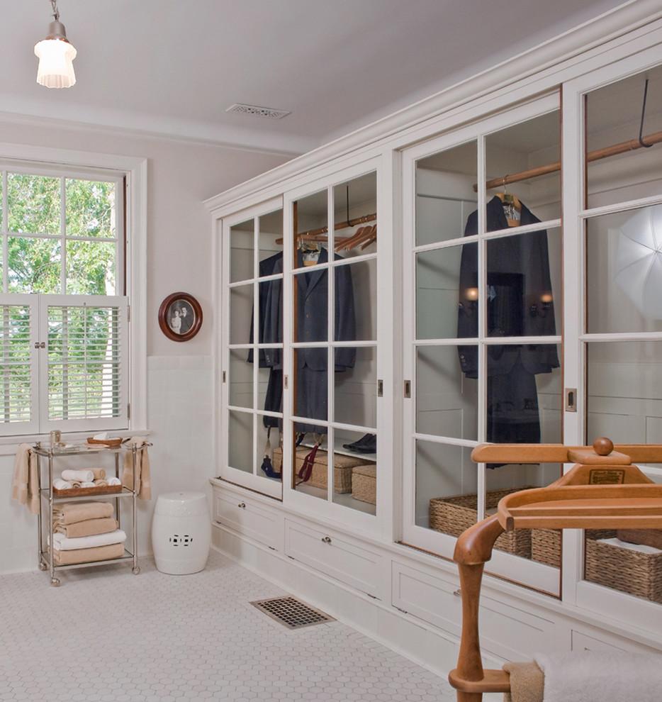 Белый шкаф с стеклянными дверцами